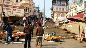Varanasi, 11 dicembre 2016. Il Dasashwamedh Ghat nella tarda mattinata.
