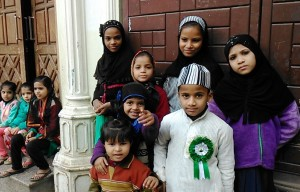 Varanasi, 12 dicembre 2016. Bambini islamici in festa per l'anniversario della nascita di Maometto.