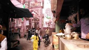 Varanasi, 13 dicembre 2016. Il quartiere islamico accanto ad una moschea. Godonia, quart is