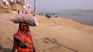 Varanasi, 14 dicembre 2016. Pellegrina solitaria lungo i ghat.