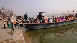 Varanasi, 18 dicembre 2016. Barcone con pellegrini in partenza dal Manikarnika Ghat.
