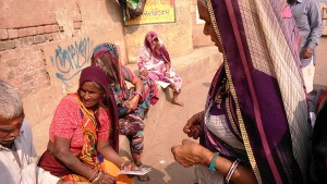 Varanasi, 19 dicembre 2016. Acquisti di cartoline sui ghat.