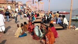 Varanasi, 19 dicembre 2016. Gruppo di donne mendicanti con bambini mentre riposano al Dasashwamedh Ghat.