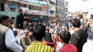 Varanasi, Bengali Tola, 15 dicembre 2016. Intervento pubblico del partito di Rahul Gandhi sulla demonetizzazione in India.