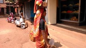 Ankola, 11 febbraio 2017. Una ragazza del Yellamma Temple di Saundatti mentre, producendo una vibrazione, chiede l'elemosina.