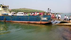 Gangavali, 27 gennaio 2017. Barcone per attraversare il fiume.