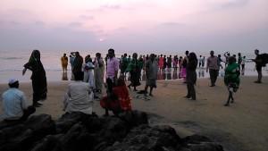 Gokarna, 10 febbraio 2017. Arrivo di pellegrini sulla Main Beach al tramonto.