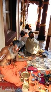 Gokarna, 10 febbraio 2017. Un momento del trucco al Rama Temple.