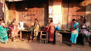 Gokarna, 12 febbraio 2017. Preparazione delle offerte da vendere ai visitatori del Ganapti Temple.