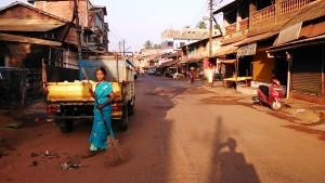 Gokarna, 12 febbraio 2017. Spazzina sulla Car Road.