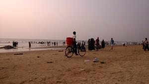 Gokarna, 15 gennaio 2017. Incontro tra il gelataio in bicicletta e gelataio in moto..