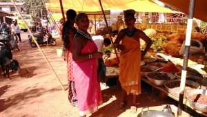 Gokarna, 19 gennaio 2017. Donne in abito locale al mercato.
