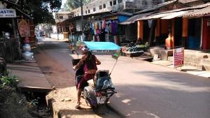 Gokarna, 3 febbraio 2017. L'uomo che vende la Spirulina.