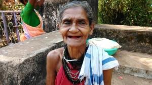 Gokarna, 5 febbraio 2017. Primo piano della venditrice di paan (foglie di betel, noce di areca e anche tabacco).