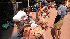 Gokarna, 5 febbraio 2017. Venditore di stoviglie in terracotta al mercato del pesce.
