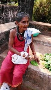 Gokarna, 5 febbraio 2017. Venditrice di pan alle pescivendole.