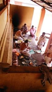 Gokarna, 8 gennaio 2017. Celebrazioni di puje per gli antenati sotto i portici della Grande Vasca.