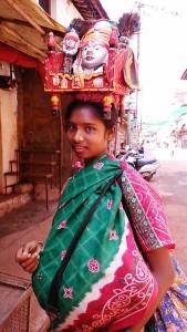 Gokarna, 9 febbraio 2017. Una ragazza del Yellama Devi Temple.