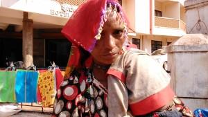 Gokarna, 9 febbraio 2017. Venditrice di attrezzi agricoli artigianali al mercato del giovedì.