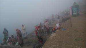 Maheshwar, 26 dicembre 2016. Il bagno con la nebbia.