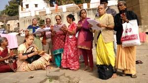 Maheshwar, 3 gennaio 2016. Canto di pellegrini dopo il bagno nel Narmada.