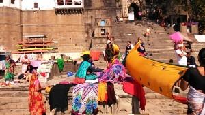Maheshwar, 31 dicembre 2016. Asciudatura dei vestiti dopo il bagno.