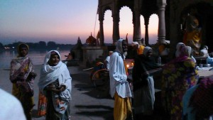 Maheshwar, 31 dicembre 2016.Mendicanti sul far della sera.