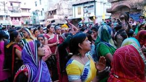 Maheshwar, 8 gennaio 2017. Corteo del festival in movimento verso il Narmada.