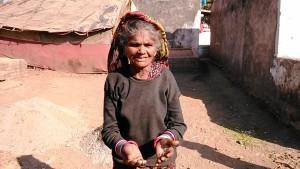 Maheshwar, dintorni, 31 dicembre 2016. Donna pawar nel campo nomadi.