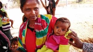 Maheshwar, periferia, 31 dicembre 2016. Madre e bimba di etnia Pawar.
