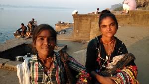 Maheswar, 25 dicembre 2016. Zingarelle venditrici di collane sui ghat.