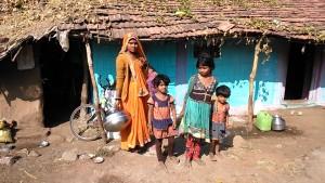Mandu, 27 dicembre 2016. Famiglia Adivasi davanti alla loro abitazione.