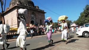 Mandu, 29 dicembre 2016. Pellegrini del Narmada di passaggio.