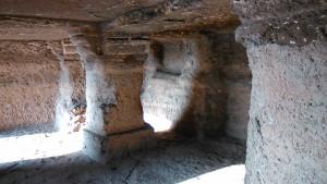 Mandu, Madhia Pradesh, 26 dicembre 2016. Grotte dove vivevano i guardiani delle mura.