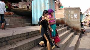 Ragazze che passeggiano lungo i ghat.