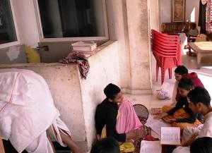 Varanasi, 1 marzo 2017. Bambini di una scuola di sanscrito mentre recitano mantra.