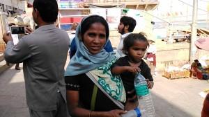 Varanasi, 1 marzo 2017. Mendicante che chiede di comprarle il latte.