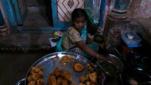 Varanasi, 1 marzo 2017. Verdure fritte al momento nei viottoli di Bengali Tola.