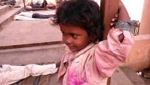 Varanasi, 10 marzo 17. La bambina senza casa.