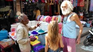 Varanasi, 11 marzo 2017. Fabrizio e Siddhartha in una bancarella di colori del Dasaswamedh Ghat.