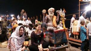 Varanasi, 11 marzo 2017. Lo spettacolo del Baba Shiva Raja Giri al Dasaswamedh Ghat.