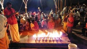 Varanasi, 11 marzo 2017. Lo spettacolo delle puja del Dasaswamedh Ghat.