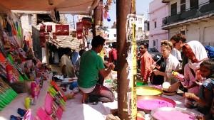 Varanasi, 12 marzo 2017. Bancarelle per l'Holi Festival.