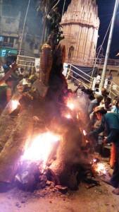 Varanasi, 12 marzo 2017. Il rogo della dea Holinka.
