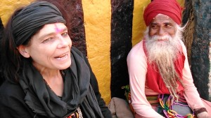 Varanasi, 12 marzo 2017. Una Aghori Baba insieme ad un' atro Baba.
