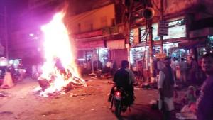 Varanasi, 12 marzo 2017.Il falò dell' Holinka sulla Dasaswamedh Road.