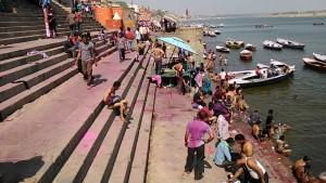 Varanasi, 13 marzo 2017. Il bagno alla fine dell'Holi Festival con i colori liquidi.