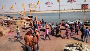 Varanasi 13 marzo 2017. Le ceneri della dea Holinka alla fine della mattinata dell'Holi Festival.