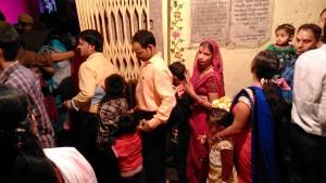 Varanasi, 13 marzo 2017. Una delle due file per accedere al Chousati Temple e rendere omaggio alla Mata Durga.