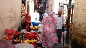 Varanasi, 13 marzo sera. Le bancarelle per la festa della Durga Mata al Chusati Temple.